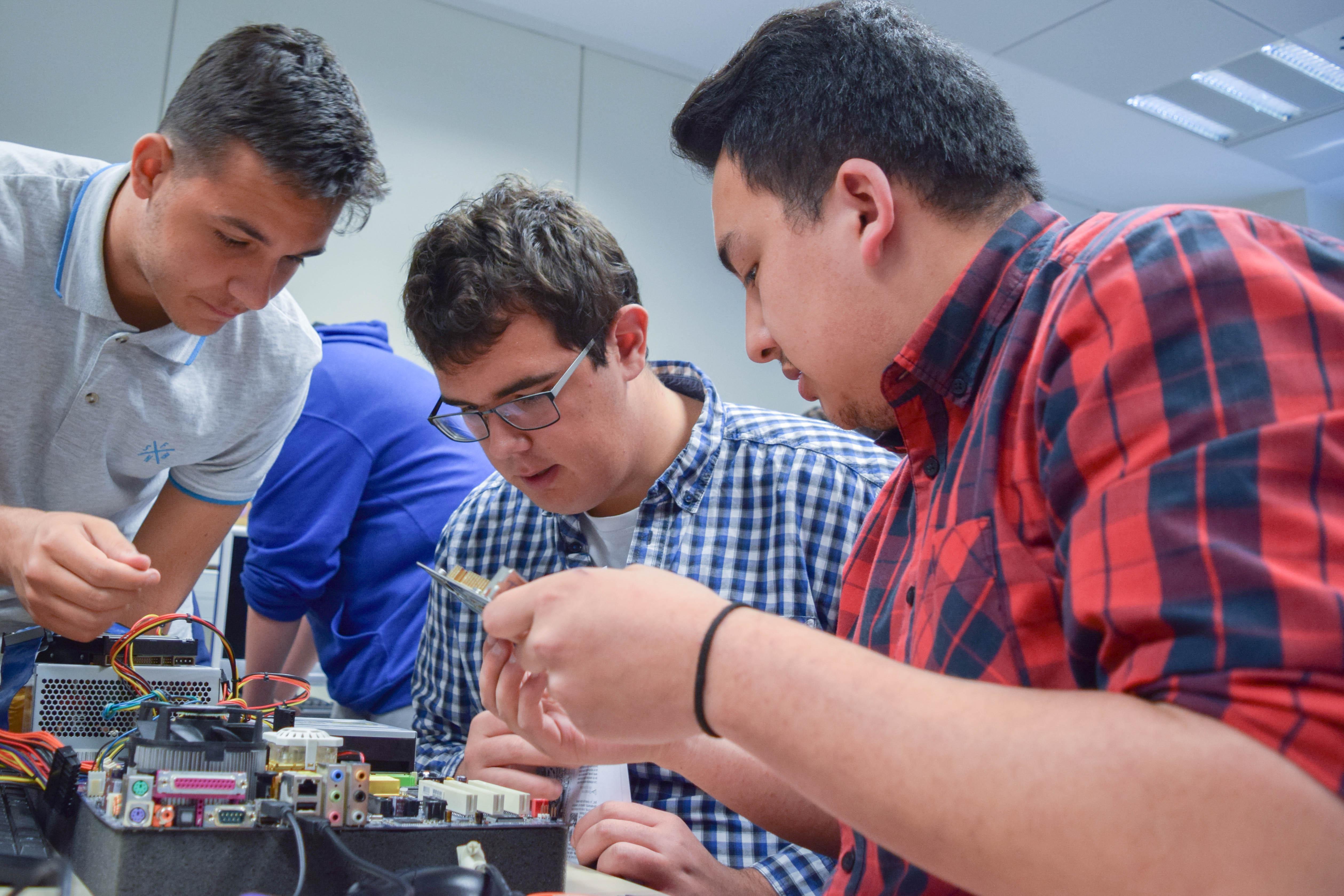 Alumnos de FP Tajamar haciendo una demostración de conocimientos