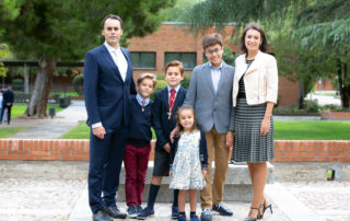 Familia celebrando Primera Comunión